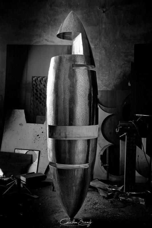 sculpture-inox-mouchetée-exposition-Les-Formes-de-l'Amitié-dans-l'atelier-3