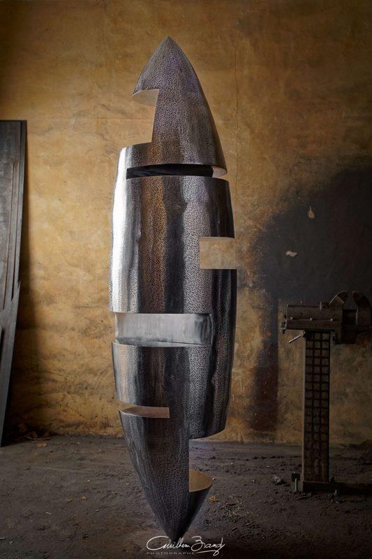 sculpture-inox-mouchetée-exposition-Les-Formes-de-l'Amitié-dans-l'atelier