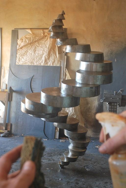 2.Debut-d-oxydation-rouille-sur-sculpture-en-acier-corten-par-l-artiste-sculpteur-contemporain-Felix-Valdelievre-en-2018