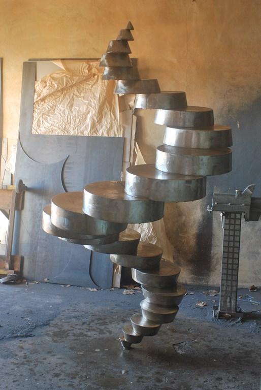 1.Debut-d-oxydation-rouille-sur-sculpture-en-acier-corten-par-l-artiste-sculpteur-contemporain-Felix-Valdelievre-en-2018