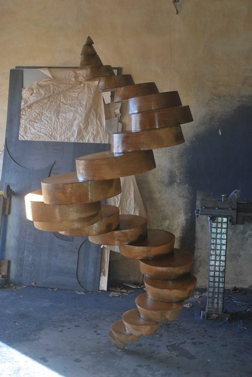 8.Travail-d-oxydation-sur-une-sculpture-en-acier-corten-realisee-par-l-artiste-sculpteur-contemporain-Felix-Valdelievre-2018