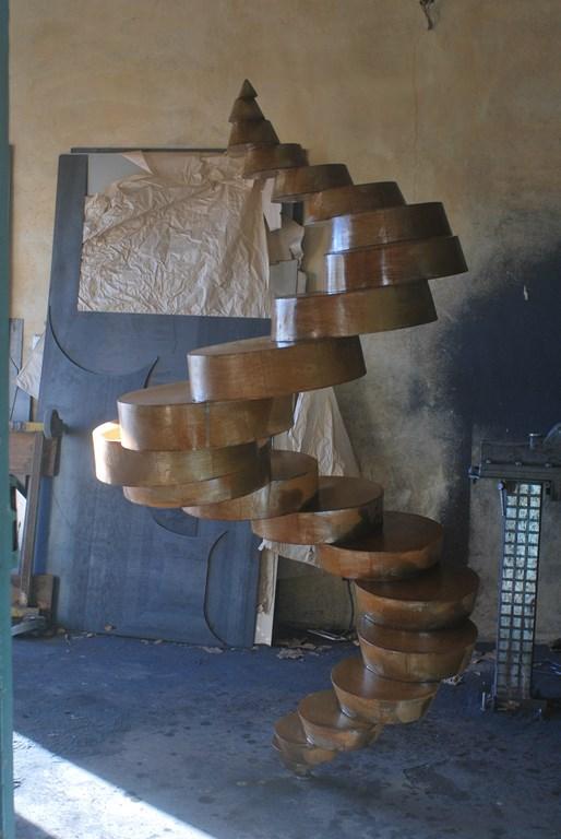 Travail-d-oxydation-sur-une-sculpture-en-acier-corten-realisee-par-l-artiste-sculpteur-contemporain-Felix-Valdelievre-2018