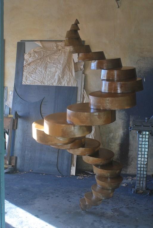 2.Travail-d-oxydation-sur-une-sculpture-en-acier-corten-realisee-par-l-artiste-sculpteur-contemporain-Felix-Valdelievre-2018