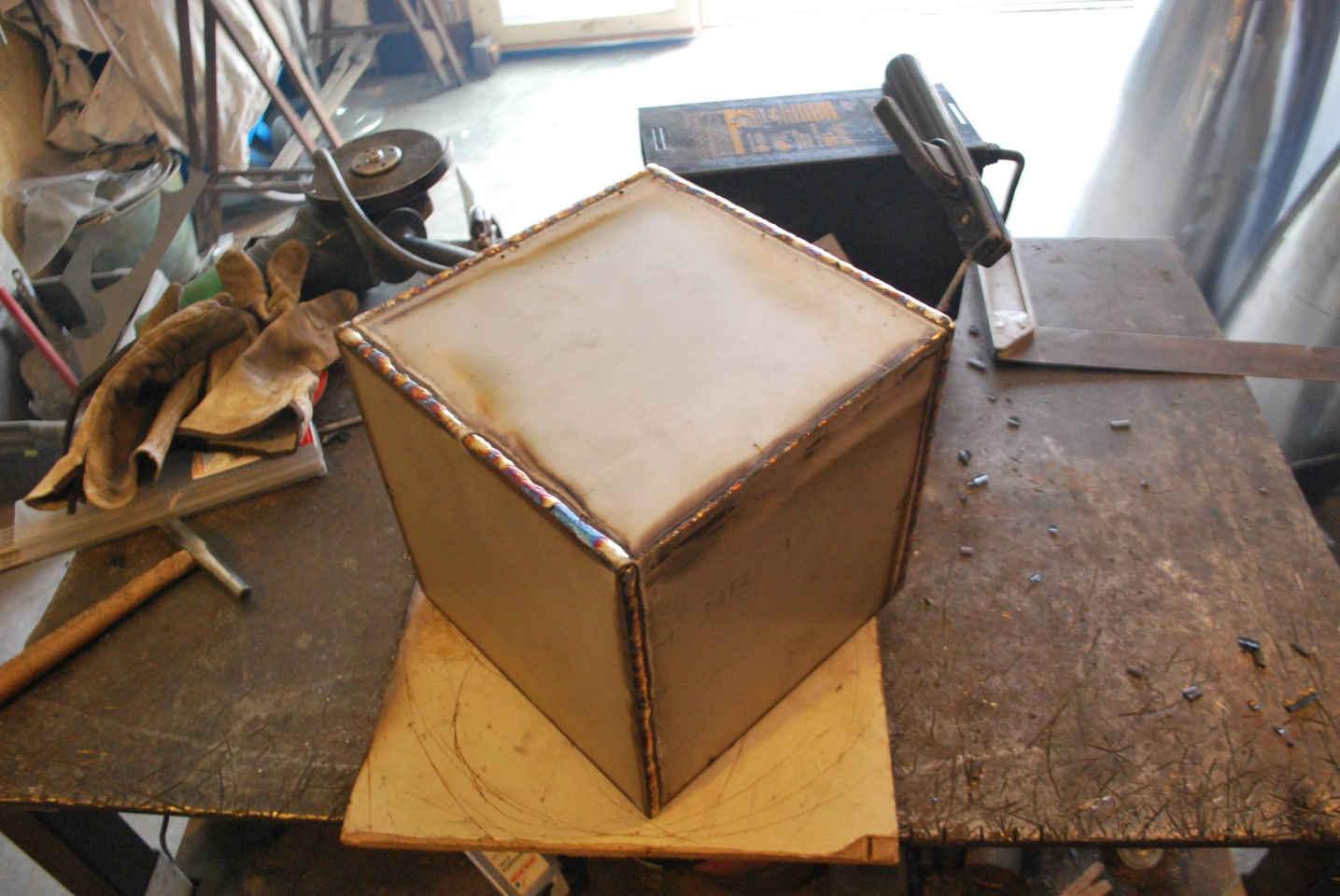 Felix-valdelievre-sculpture-soudure-cube-inox-pour-sculpture-corten