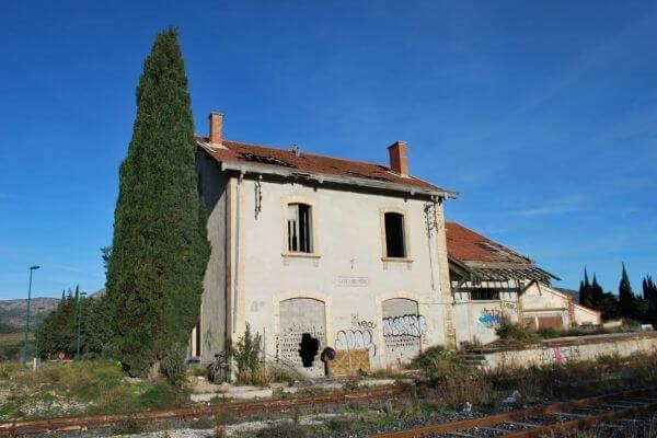Façade de la gare désafectée de Cases-de-Pène, achetée par le sculpteur Félix Valdelièvre pour en faire son atelier de sculptures en métal monumentales