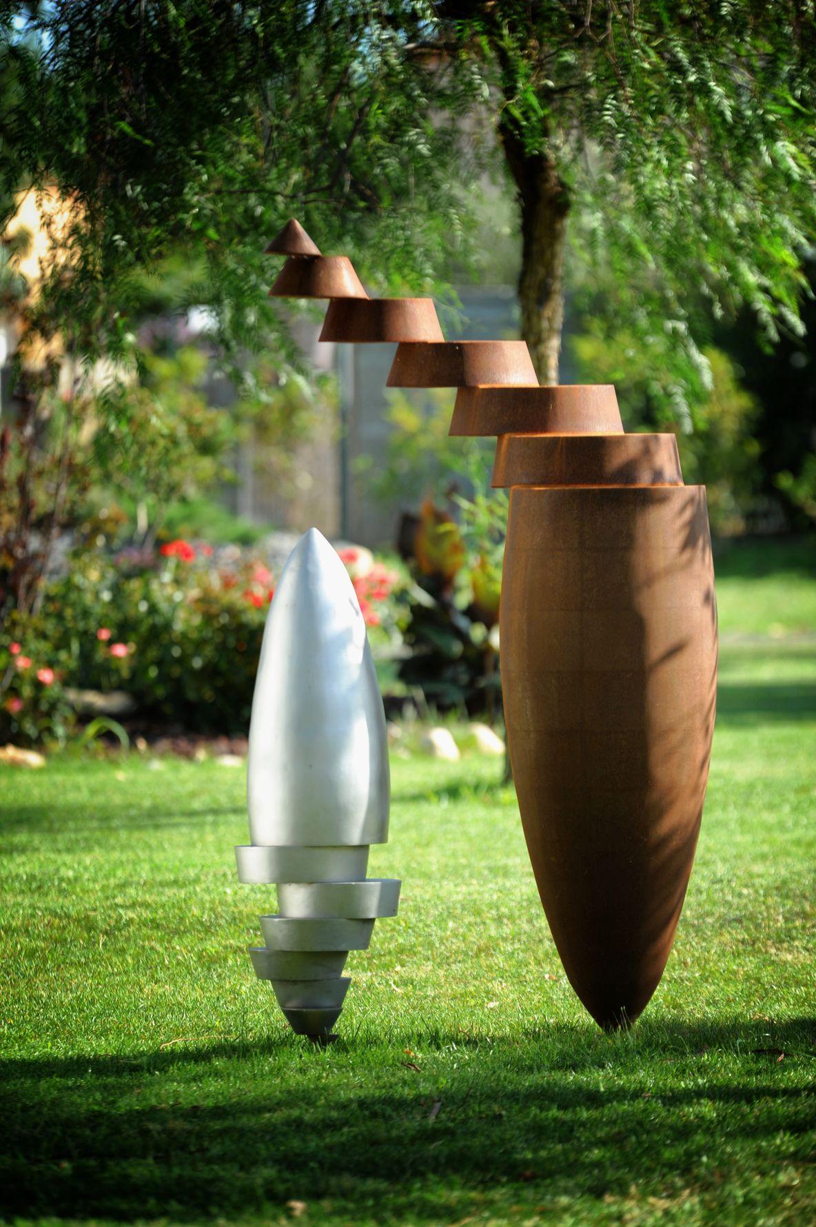 3.Ensemble-de-deux-sculptures-une-acier-corten-hauteur:175cm-une-inox-316L-microbille-hauteur:105cm-2017
